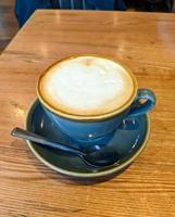 café con leche en taza azul foto