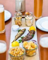 espadín, kilka pescado, salsa de tomate, patatas fritas y bocadillos de cerca foto
