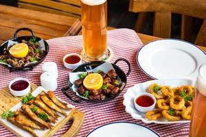 Sabrosa ruleta de comida de carne con espadín de limón y cerveza foto
