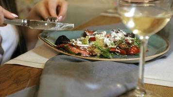 ripresa ravvicinata deliziosa insalata di verdure calda con pollo video