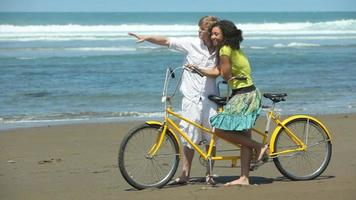 par på stranden med tandemcykel video