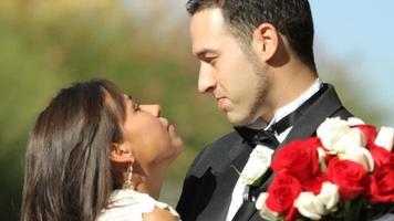 sposa e sposo al bacio di nozze video