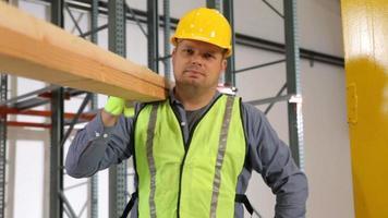 retrato de trabalhador da construção civil segurando madeira, movimento de dolly video