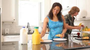 Paar bereitet gemeinsam das Frühstück vor video