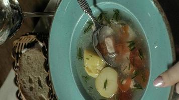 vidéo verticale belle femme blonde manger et boire dans la pause déjeuner du restaurant video