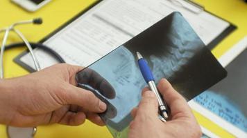 hälso- och sjukvårdskoncept röntgenbild på skärmen av en digital tablett medicinsk tabell sidovy video