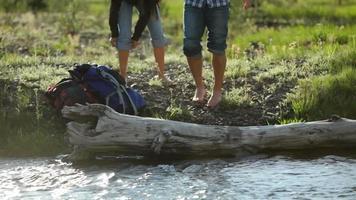 i backpackers si arrotolano i pantaloni e mettono i piedi in acqua video