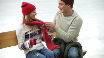 coppia si prepara per andare a pattinare sul ghiaccio video