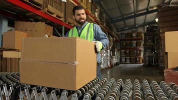 bezorger verwerking pakketten in magazijn video
