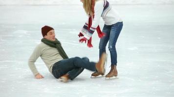 coppia pattinaggio sul ghiaccio insieme in inverno video