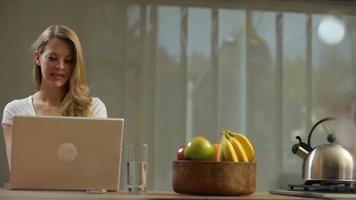 mujer rubia, usar la computadora portátil, en casa video