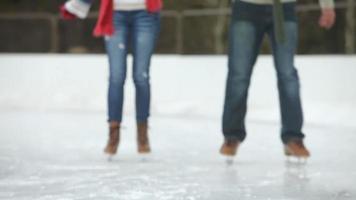 coppia di pattinaggio sul ghiaccio si ferma e si bacia video
