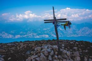 cruz de madera en una montaña foto