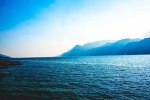 montañas azules y lago foto