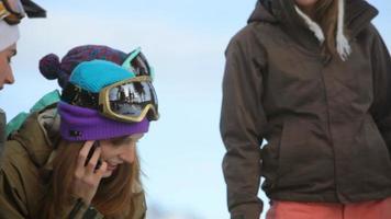 snowboarder traîner et parler au téléphone portable video