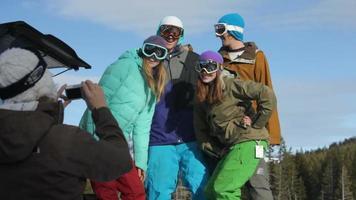 grupo de snowboarders se toman una foto juntos video