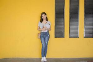 Un retrato de un estudiante universitario asiático en el campus. foto