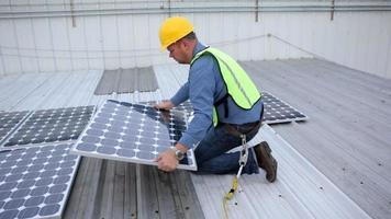 entrepreneur installant des panneaux solaires sur le toit video