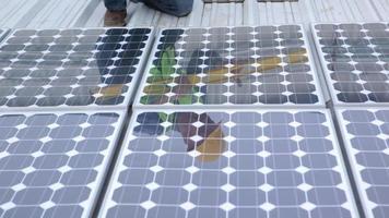 entrepreneur installant des panneaux solaires sur un toit industriel, portrait video