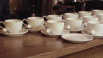 molte tazze di tè bianche pulite vuote video