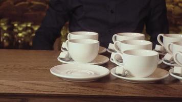 de nombreuses tasses de thé blanches vides et propres video