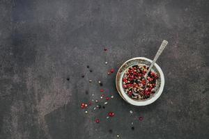 Ingredientes para condimentar bistec en cuenco de cerámica sobre fondo de hormigón oscuro con espacio de copia foto