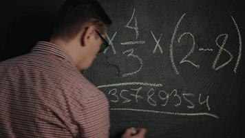 Mann schreibt mathematische Formel an die Tafel video