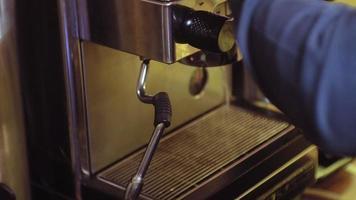 Capuchino de café de la máquina de café en el café video