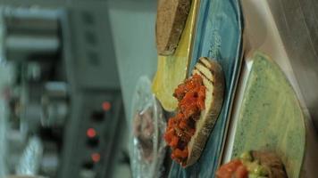 Der vertikale Videokoch bereitet ein Gericht für das Servieren des Kochkonzepts vor video