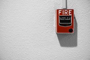 alarma de incendio en la pared blanca con espacio de copia foto
