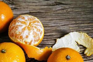 Mandarina sobre fondo de madera con espacio de copia foto