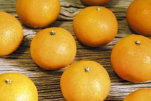 mandarina sobre fondo de madera foto