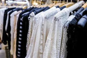 Fila de ropa colgada en el mercado nocturno. foto