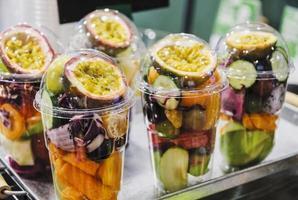 mezclar jugo de fruta en una taza transparente foto