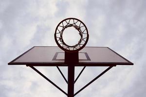 silueta de aro de baloncesto callejero foto
