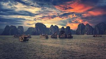 Bahía de Halong al atardecer en Vietnam foto