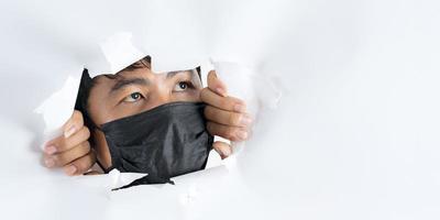 Close Up retrato de hombre con máscara de protección contra el coronavirus foto
