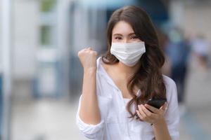 retrato, de, mujer joven, con, cara sonriente, llevando, máscara facial, protector foto