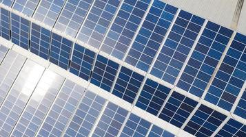Vista aérea superior de las células solares en el techo. foto