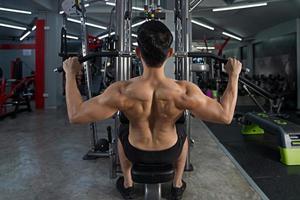 Entrenamiento deportivo hombre haciendo ejercicio en el gimnasio foto