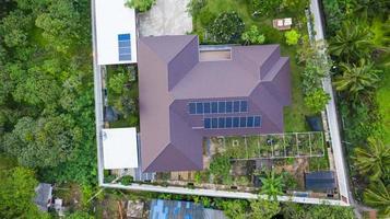 Vista aérea superior de las células solares en el techo Paneles solares instalados en el techo de la casa foto