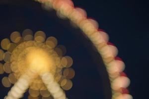 noria en un parque nocturno entretenimiento en el parque foto