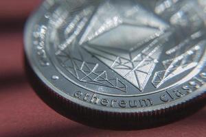 Ethereum moneda criptográfica ethereum moneda ethereum sobre fondo rojo. foto