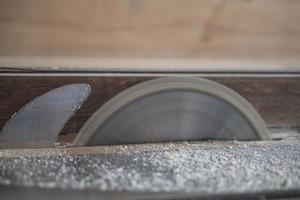 circular en acción sierra de mesa gira la hoja de sierra foto