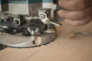 el carpintero muele la encimera de pino foto