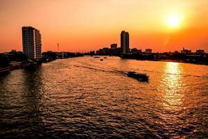 Vista aérea de la ciudad de Bangkok, río Chao Phraya, ciudad de Bangkok, horizonte urbano del centro de Tailandia al atardecer foto