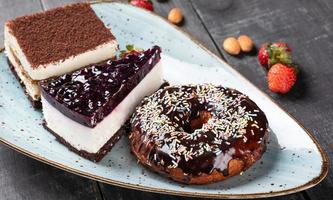 hermosa rosquilla, pastel de chocolate y tiramisú, vista superior foto