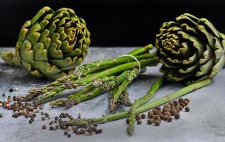 espárragos y alcachofas con hierbas foto