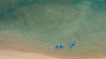 vista aérea vista al mar increíble tailandia naturaleza fondo agua y hermosa playa brillante con kayak en el océano en un día soleado foto