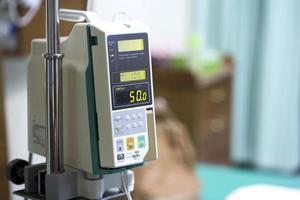 goteo de la bomba de infusión en el hospital foto